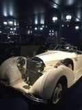 Mercedes Benz bianca d'annata fotografia stock libera da diritti