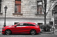Mercedes-Benz bil i gatan av Budapest arkivfoton