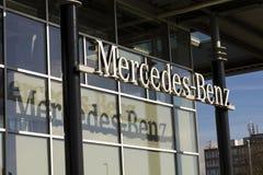 Mercedes-Benz billogo på återförsäljarebyggnad på Februari 25, 2017 i Prague, Tjeckien Royaltyfri Bild