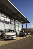 Mercedes-Benz billogo på återförsäljarebyggnad på Februari 25, 2017 i Prague, Tjeckien Arkivfoton