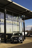 Mercedes-Benz billogo på återförsäljarebyggnad på Februari 25, 2017 i Prague, Tjeckien Fotografering för Bildbyråer