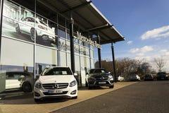 Mercedes-Benz billogo på återförsäljarebyggnad på Februari 25, 2017 i Prague, Tjeckien Arkivbilder