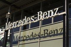 Mercedes-Benz billogo på återförsäljarebyggnad på Februari 25, 2017 i Prague, Tjeckien Arkivfoto