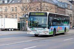 Mercedes Benz Citaro-busaandrijving op busroute stock fotografie