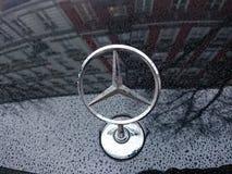 Mercedes Benz-embleem op auto royalty-vrije stock fotografie