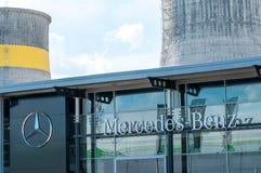 Mercedes Benz-embleem op de straat royalty-vrije stock afbeelding