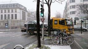 Mercedes-Benz en van het de straatongeval van Citroën van de het slepenvrachtwagen de sneeuwdag stock video
