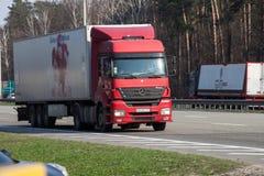 Mercedes Benz expédiant sur la route vide Photos stock