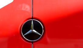 Mercedes-Benz-Firmenzeichen auf einem roten Auto Lizenzfreie Stockfotografie