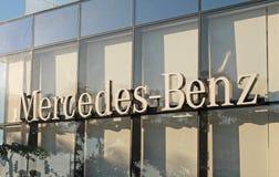 Mercedes-Benz-het handel drijvenembleem in Herzliya, Israël Stock Afbeelding