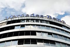 Mercedes-Benz ist ein Spitzenbürogebäude Lizenzfreie Stockfotos