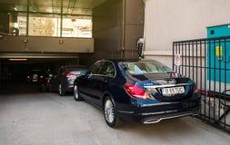 Mercedes-Benz klasa parkująca przed wielką garaż bramą Obraz Stock