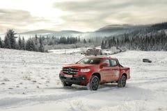 Mercedes-Benz X Klasowy pięcie na śniegu zdjęcia royalty free