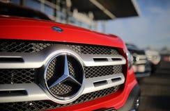 Mercedes-Benz X Klassenembleem stock foto's