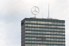 Mercedes-Benz logo överst av högkvarter som bygger i Berlin, Tyskland Royaltyfria Bilder