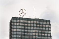 Mercedes-Benz logo överst av högkvarter som bygger i Berlin, Tyskland Royaltyfri Fotografi