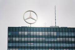 Mercedes-Benz logo överst av högkvarter som bygger i Berlin, Tyskland Royaltyfri Foto