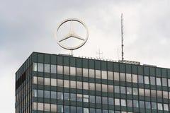 Mercedes-Benz logo överst av högkvarter som bygger i Berlin, Tyskland Arkivbilder