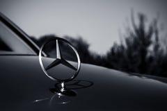 Mercedes Benz Logo in bianco e nero Fotografie Stock Libere da Diritti