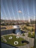 Mercedes-Benz Museum, Alemanha fora da vista através da janela fotos de stock royalty free