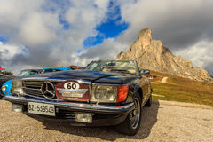 Oldtimer Mercedes Benz 500 in Passo Giau royalty free stock photos