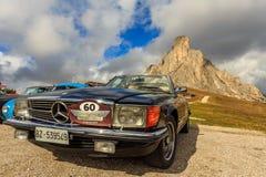 Mercedes Benz 500 in Passo Giau nelle dolomia Fotografie Stock Libere da Diritti