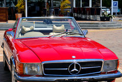 Mercedes Benz rossa automobilistica convertibile classica 560SL Fotografia Stock