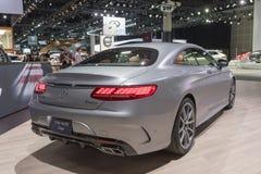 Mercedes-Benz S560 Coupé 4Matic på skärm under auto show för LA royaltyfri bild