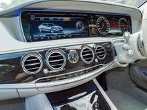 Mercedes-Benz S 500e inkopplingshybrid- Sedaninstrumentbräda Arkivbilder