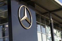 Mercedes-Benz samochodowy logo na przedstawicielstwo handlowe budynku na Luty 25, 2017 w Praga, republika czech Fotografia Royalty Free