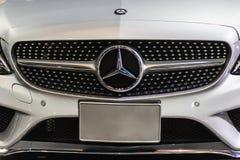 Mercedes Benz Sign Close Up i Bangkok internationalmotorshow I 1926 grundas en tysk lyxig bil Arkivbilder
