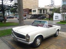 Mercedes-Benz 230SL con cuero rojo en Lima Imágenes de archivo libres de regalías