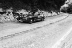 MERCEDES-BENZ 300 SL COUPÃ ‰ W 198 1956 på en gammal tävlings- bil samlar in Mille Miglia 2017 Arkivbild