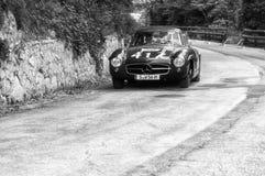 MERCEDES-BENZ 300 SL COUPÃ ‰ W 198 1956 på en gammal tävlings- bil samlar in Mille Miglia 2017 det berömda italienska historiska  Arkivfoto