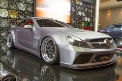 Mercedes-Benz SL500 garnering vid Lenso på expo för Thailand Internationalmotor Royaltyfria Bilder