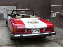 Mercedes-Benz 450SL mit der peruanischen Flagge gemalt Lizenzfreie Stockfotografie