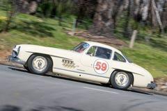 Mercedes Benz 300SL que conduce en la carretera nacional Imagenes de archivo