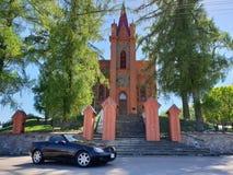 Mercedes-Benz SLK 200 R170 & kyrka fotografering för bildbyråer