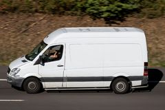 Mercedes-Benz Sprinter auf Autobahn lizenzfreies stockfoto