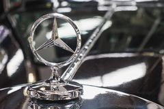 Mercedes Benz Star sull'automobile classica fotografia stock