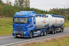 Mercedes-Benz Tank Truck sur la route Photo libre de droits