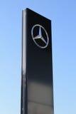 Mercedes-Benz-teken tegen hemel in Herzliya, Israël Stock Afbeeldingen