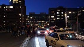 Mercedes-Benz, Volkswagen, la gente delle automobili del taxi nel crepuscolo Kaiserkai di Amburgo video d archivio