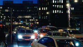 Mercedes-Benz, Volkswagen, la gente delle automobili del taxi nel crepuscolo Kaiserkai di Amburgo archivi video