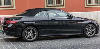 Mercedes Cabriolet Parked en las calles de Budapest fotos de archivo