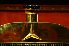 Mercedes Classic Kühler. Kühleröffnung gold glänzend Royalty Free Stock Photo