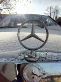 Mercedes 190d onder sneeuw royalty-vrije stock afbeeldingen