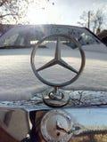 Mercedes 190d under snö royaltyfria bilder