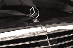 Mercedes de plata firma en capo del coche Imágenes de archivo libres de regalías