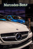 Mercedes-embleem op witte Mercedes-auto Stock Foto